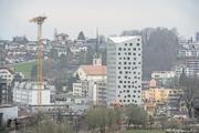 Das Hochhaus im Horwer Zentrum – es heisst Solitaire – ist fast fertig. Wobei der Name schon bald nicht mehr stimmt. Links davon ist ein zweiter Turm geplant. (Bild: Dominik Wunderli, Horw 25. März 2019)