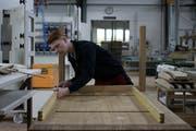 Mit viel Genauigkeit und Gefühl: Fust-Lehrling Jan Meier arbeitet an seinem Massivhoztisch. Bilder: Annina Quast
