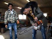 Weldu Emha aus Eritrea, links, und Kflemariam Mhretab, Teilnehmer eines Qualifizierungsprogramm für Flüchtlinge, demonstrieren in Wittenbach SG Werkzeugpflege. Seit Januar läuft ein Pilotprojekt, um Flüchtlingen eine Basis-Ausbildung in Landwirtschaft und Landschaftsunterhalt zu vermitteln. (Bild: KEYSTONE/GIAN EHRENZELLER)