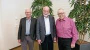 Präsident Kurt Bucher (Mitte) mit den beiden verabschiedeten Vorstandsmitgliedern Alois Spichtig (links) und Albert Windlin. (Bild: PD)