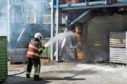 Da die Anlage aufgrund des Rauchs nicht ausgeschaltet werden konnte, wurde brennendes Material in die Endsortierung befördert. (Bild: PD)