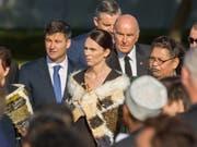 Mit einer Trauerfeier ist am Freitag im neuseeländischen Christchurch erneut der 50 Todesopfer des Anschlags auf zwei Moscheen gedacht worden - Neuseelands Premierministerin Jacinda Ardern (Mitte) war unter den Trauergästen. (Bild: KEYSTONE/EPA AAP/MARTIN HUNTER)