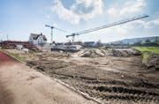 Die Grossbaustelle der neuen Isliker Schulanlage. Im Vordergrund die Baugrube der Mehrfachhalle. Bild: Andrea Stalder