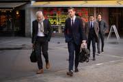 Nassim Ben Khalifa (1.von rechts) auf dem Weg zum Kreisgericht St.Gallen. (Bild: Benjamin Manser)