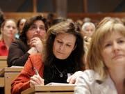 Das Zeitalter der «Sie heiratet ja sowieso»-Mentalität neigt sich dem Ende zu: Der rasante Vormarsch der Frauen auf der tertiären Bildungsstufe sorgt dafür, dass das Bildungsniveau in der Schweiz kontinuierlich wächst. (Bild: Keystone/REGINA KUEHNE)