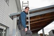 Christoph Ziegler übt nach eigener Aussage einen schönen Beruf aus. Zur Arbeit auf dem Dach gehört der nötige Respekt. (Bild: Beat Lanzendorfer)