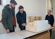Die Architekten Timon Bischofberger, Martin Engeler und Landschaftsarchitektin Rita Mettler mit einem Modell des Siegerprojekts. (Bild: Karin Erni)