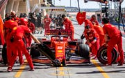 Sebastian Vettel wechselt die Reifen. (Bild: Srdjan Suki / EPA, Bahrain, 31.3.2019)