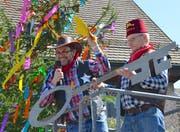 Gemeindepräsident Martin Stuber übergibt den Rathaus-Schlüssel an Obergropp Rico Thurnheer. (Bild: Margrith Pfister-Kübler)