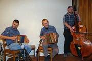 Das Ländlertrio Schächätalerbüäbä mit Christian Arnold, Klaus Arnold und Bernhard Kempf (von links) spielen an der «Alti-Post-Stubetä» vom kommenden Freitag als Stammformation. (Bild: PD)