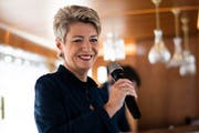 Bundesrätin Karin Keller-Sutter (FDP) auf der «MS Säntis» an ihrer 100-Tage-im Amt-Medienkonferenz im Romanshorner Hafen. (Bild: Keystone)