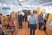 Die Baarer KMU-Ausstellung stösst auf reges Interesse seitens der Bevölkerung. (Bild: Maria Schmid, 29. März 2019)