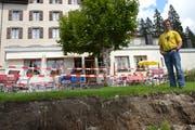 Wegen starker Regenfälle ist im Sommer 2014 ein Teil der Gartenwirtschaft des Hotels Maderanertal weggerutscht. (Bild: Sven Aregger, Bristen, August 2014)