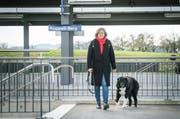 Andrea Gerster geht Gassi mit Laurin, dem Hund ihrer Tochter. (Bilder: Andrea Stalder)