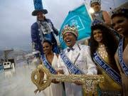 Hat die Macht über die Stadt am Zuckerhut übernommen: Karneval-König Momo Wilson Neto mit dem symbolischen Stadtschlüssel. (Bild: KEYSTONE/AP/SILVIA IZQUIERDO)