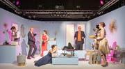 Die Premieren-Schauspieltruppe mit Dario Cantieni, Christoph Steuble, Sandra Janine-Peretti, Riccarda Gantenbein, Kevin Oeler (Kopf verdeckt), Robin Egloff, Jacqueline Rutzer und Sabine Kluser (von links) fesselte die Zuschauer von der ersten Minute an. (Bild: Urs Bucher)