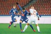 Dynamischer FCL-Offensivmann: Ruben Vargas (Mitte) gegen GC-Verteidiger Arlind Ajeti. (Bild: Martin Meienberger/Freshfocus (Zürich, 2. März 2019))