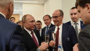 Leonz Eder stösst mit dem russischen Staatschef Wladimir Putin an der Universiade in Krasnojarsk an. (Bild: PD)
