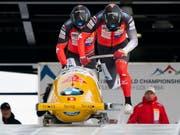 Michael Vogt und Sandro Michel stürzen sich im kanadischen Whistler in den Eiskanal (Bild: KEYSTONE/EPA/RICH LAM)