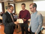 Vereinspräsident Reto Brüllmann überreichte den Neumitgliedern das begehrte Fangbüchlein. (Bild: Urs Nobel)
