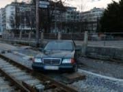 Ein Autofahrer hat am frühen Sonntagmorgen in St. Gallen für einen mehr als einstündigen Betriebsunterbruch der Appenzeller Bahnen gesorgt. (Bild: Stadtpolizei St. Gallen)