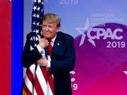 Umarmung der US-Flagge gegen Gespenst des Sozialisimus: US-Präsident Donald Trump an der Jahresversammlung konservativer Aktivisten und Parlamentarier. (Bild: KEYSTONE/FR159526 AP/JOSE LUIS MAGANA)