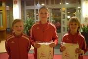 Drei geehrte Jungsportler mit ihren frisch gewonnenen Badetüchern. (Bild: Tizian Fürer)