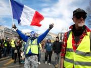 Es werden zwar immer weniger, die in Paris (Bild) und anderen französischen Städten protestieren, aber die Forderungen an Präsident Emmanuel Macron bleiben. (Bild: KEYSTONE/AP/THIBAULT CAMUS)
