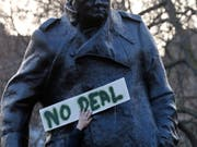 Brexit-Befürworter versammeln sich vor einem Churchill-Denkmal in London. (Bild: KEYSTONE/AP/FRANK AUGSTEIN)