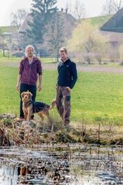 Ein eingespieltes Team mit neuen Ideen: die Brüder Michael (links) und Gabriel Peter mit Hundedame Cara auf dem Biohof Wellberg. (Bild: Nadia Schärli, Wellberg bei Willisau, 27. März 2019)