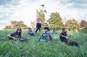 Noch machen sie eine kurze Pause im Grünen. Am Freitag rocken sie beim Festival Andermatt live. (Bild: PD)