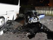 Die Österreicherin rammte den parkierten Reisecar, nachdem sie auf der Hauptstrasse die Kontrolle über ihr Auto verloren hatte. (Bild: Kapo St. Gallen)