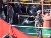 Sicherheitskräfte an Bord der «El Hiblu 1»: Migranten hatten das Handelsschiff nach Malta umgeleitet. Nun stehen drei von ihnen vor Gericht. (Bild: KEYSTONE/AP/RENE' ROSSIGNAUD)