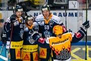 Die Zuger jubeln nach dem Tor zum 1:0 im dritten Playoff-Halbfinalspiel gegen den HC Lausanne. (Bild: KEYSTONE/Alexandra Wey, 30. März 2019)