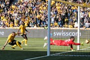 YBs Guillaume Hoarau schiesst den Siegestreffer gegen St. Gallens Dejan Stojanovic. (Bild: KEYSTONE/Anthony Anex)
