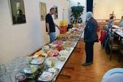 Der Tisch im katholischen Kirchgemeindehaus bog sich fast unter den vielen Speisen und Getränken, die vor der Abfalltonne gerettet worden waren. (Bild: Karin Erni)