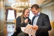 Da haben es zwei lustig miteinander: CH-Gemeinderätin Sandra Kern und der zukünftige SVP-Stadtrat Andreas Elliker. (Bild: Andrea Stalder)