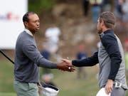 Etwas zerknirscht: Tiger Woods muss dem Aussenseiter Lucas Bjerregaard zum Sieg gratulieren (Bild: KEYSTONE/AP/ERIC GAY)