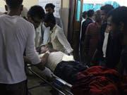 Wegen eines Sturms sind am Sonntag hunderte Menschen in Nepal verletzt in Spitäler gebracht worden. (Bild: KEYSTONE/AP/JIYALAL SAH)