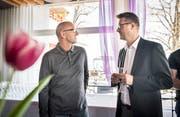 Der vor acht Jahren aus dem Amt gedrängte Norbert Senn (links) im Gespräch mit Roger Martin. (Bild: Andrea Stalder)