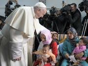 Setzt sich für den Dialog zwischen Muslimen und Christen und für Migranten ein: Papst Franziskus auf seinem Besuch in Marokko. (Bild: KEYSTONE/EPA VATICAN MEDIA HANDOUT)