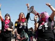 Lautstarker Protest: Rund 20'000 Personen gingen am Samstag in Verona gegen den von Evangelikalen organisierten Weltkongress der Familien auf die Strasse. (Bild: KEYSTONE/AP/ANTONIO CALANNI)