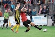 Philipp Gisler (am Ball) gerät mit seinen Schattdorfern ins Straucheln. (Bild: Urs Hanhart, Schattdorf, 23. September 2018)
