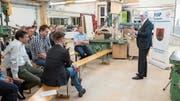 FDP-Nationalrat im Austausch mit den Besuchern des ersten Unternehmerapéros. (Bild: Sascha Erni)
