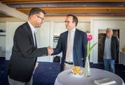 Der abgewählte Stadtpräsident David H. Bon gratuliert Roger Martin (links) zur Wahl. (Bild: Andrea Stalder)