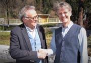 Präsident Erich Herger gratuliert Fabian Müller, dem «Bauherrn» des Hauses der Volksmusik, zur Ehrenmitgliedschaft. (Bild: PD)