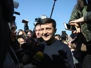«Heute beginnt ein neues Leben - ohne Korruption, ohne Schmiergeld»: Wladimir Selenski, der Favorit der Wahlen in der Ukraine, am Sonntag. (Bild: KEYSTONE/APA/APA/GISELA LINSCHINGER)