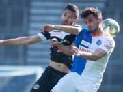 Der GC-Verteidiger Bujar Lika im Zweikampf mit Luganos Captain Jonathan Sabbatini (Bild: KEYSTONE/MELANIE DUCHENE)