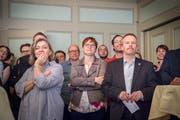 Spannung: CVP-Wahlkampfleiterin Kathrin Bünter, die zukünftige SP-Stadträtin Barbara Dätwyler und der wiedergewählte EDU-Gemeinderat und -Parteipräsident Christian Mader in vorderster Reihe. (Bild: Andrea Stalder)