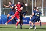 Das Spiel zwischen Frauenfeld (rot) und Amriswil bot viel Kampf und Krampf. (Bild: Mario Gaccioli)